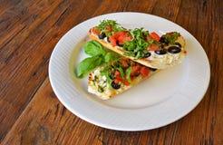 Bruschette italienne de tomate avec des olives sur en bois Image libre de droits