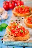 Bruschette italienne de tomate avec le basilic Photographie stock libre de droits