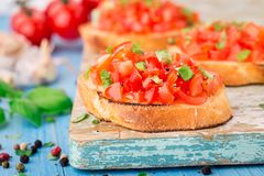 Bruschette italienne de tomate avec le basilic Images stock