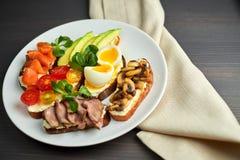 Bruschette, remplissages assortis et différents, des plats avec un oeuf mollet au milieu Photo stock