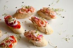 Bruschettes avec les fruits de mer et l'oignon Photo stock
