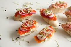 Bruschettes avec les fruits de mer et l'oignon Image libre de droits