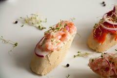 Bruschettes avec les fruits de mer et l'oignon Image stock