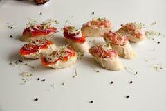 Bruschettes avec les fruits de mer et l'oignon Photos stock