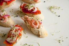 Bruschettes avec les fruits de mer et l'oignon Images stock