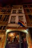 BRUSELAS, BÉLGICA - CIRCA JUNIO DE 2014: Bandera de LGBT en la pared del edificio Imágenes de archivo libres de regalías