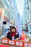 BRUSELAS, BÉLGICA - 5 de diciembre de 2016 - decoración de la Navidad con el oso de peluche en supermercado en Bruselas, Bélgica Imagenes de archivo