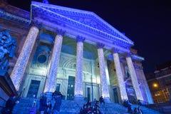 BRUSELAS, BÉLGICA - 5 de diciembre de 2016 - las luces de la Navidad muestra en el edificio de la bolsa de acción Fotografía de archivo