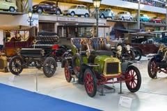 BRUSELAS, BÉLGICA - 5 de diciembre de 2016 - museo de Autoworld, vieja colección de los coches que muestra la historia de automóv imágenes de archivo libres de regalías