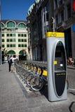 Bruselas, Bélgica 26 de junio de 2011 - estación del alquiler de la bici de Villo Foto de archivo libre de regalías