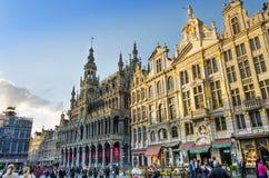 Bruselas, Bélgica - 13 de mayo de 2015: Muchos turistas que visitan Grand Place de Bruselas Fotografía de archivo libre de regalías