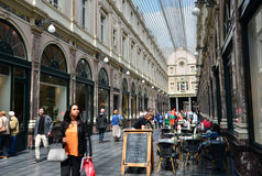 Bruselas, Bélgica - 12 de mayo de 2015: Turistas que hacen compras en el Galeries Royales Santo-Huberto en Bruselas Foto de archivo