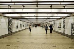 Bruselas, Bélgica - 12 de mayo de 2015: Viajeros en el pasillo futurista de la estación de tren central de Bruselas Foto de archivo