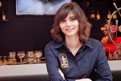 BRUSELAS, BÉLGICA - 7 DE SEPTIEMBRE DE 2014: Mujer joven desconocida en una camisa calificada de la cervecería del DES Flandres d foto de archivo libre de regalías