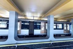 BRUSELAS - 1 DE MAYO DE 2015: El tren llega en la estación de metro de la ciudad submarino Imagen de archivo libre de regalías