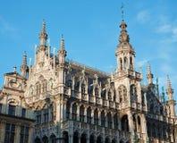 Bruselas - la fachada y las torres del palacio magnífico Fotografía de archivo libre de regalías