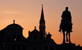 Bruselas - silueta de la estatua de rey Albert y torre del ayuntamiento de artes del DES de Monts Imagen de archivo