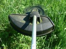 Brushcutter avec un coupeur de balai en service (10000 U/ Image stock