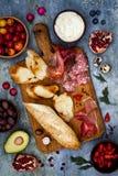Brushetta of authentieke traditionele Spaanse die tapas voor lunchlijst wordt geplaatst Het delen van antipasti op de tijd van de Stock Afbeeldingen