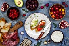 Brushetta of authentieke traditionele Spaanse die tapas voor lunchlijst wordt geplaatst Het delen van antipasti op de tijd van de Stock Fotografie