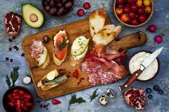 Brushetta eller autentiska traditionella spanska tapas ställde in för lunchtabell Dela antipasti på partipicknicktid på blå bakgr Royaltyfri Fotografi