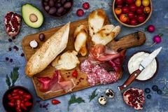 Brushetta lub autentyczni tradycyjni hiszpańscy tapas ustawiający dla lunchu stołu Udzieleń antipasti na partyjnym pyknicznym cza obrazy royalty free