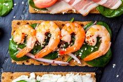 Brushetta a placé sur le fond foncé Variété de petits sandwichs d photo libre de droits