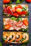 Brushetta a placé sur le fond foncé Variété de petits sandwichs d image libre de droits