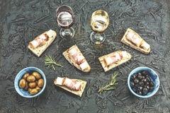 Brushetta ustawiający dla wina Rozmaitość małe kanapki z bekonowym prosciutto, parmesan serem, świeżym basilem i balsamic creme,  obraz royalty free