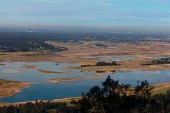 从brushfire的湖视图影响了小山 库存图片