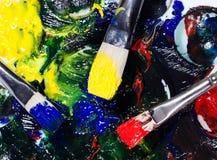 Brushs с трубками краски палитра смешало цвета Стоковая Фотография RF