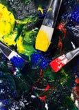 Brushs с трубками краски палитра смешало цвета Стоковое Фото