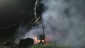brushwood νύχτα αποτέφρωσης πυρών προσκόπων Άτομο που προσθέτει τα ξύλα στη φωτιά και που διορθώνει τους άνθρακες απόθεμα βίντεο