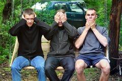 Brusilov Ukraina, Lipiec, - 13, 2017: Trzy faceta w lesie siedz? na hu?tawce zabawne ch?opaki Abstrakcjonistyczna fotografia zdjęcia stock