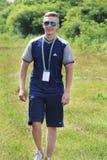 Brusilov, Ukraine - 17. Juli 2017: Ein sportlicher Kerl in Adidas-Kleidung geht entlang das Feld kursleiter f?hrer lizenzfreie stockbilder