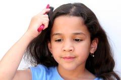 brusing的女孩头发 免版税图库摄影