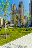 BRUSSEL, BELGIË - APRIL 5, 2008: Een mens legt voor St Stock Foto