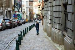 Brussel, België, December 2018 Een jongen op een autoped berijdt stock afbeeldingen