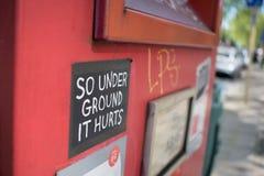 Brussel, Belgi? - Mei 6 2018: Close-up van rode postdoos met stickers stock foto