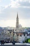 Brussel, België - Mei 12, 2015: Het toeristenbezoek Kunstberg of Mont des Arts (Onderstel van de kunsten) tuiniert in Brussel royalty-vrije stock fotografie