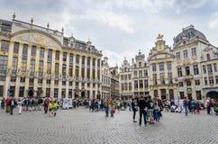 Brussel, België - Mei 13, 2015: Vele toeristen die beroemd Grand Place van Brussel bezoeken Stock Fotografie