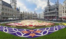 Brussel Belgien AUGUSTI, 14 2016 Matta av blommor i den huvudsakliga fyrkanten av Bryssel arkivbilder