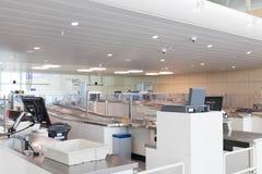 Brussel/Belgium-06 08 18: Ochrona zbawczego czeka przerwy Brussels lotniskowy zaventem obrazy stock