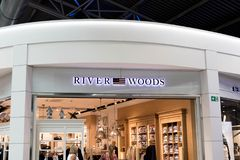 Brussel/Belgium-09 08 18: Rzeczni drewna odziewa kreskowego loga signboard Belgium zdjęcia royalty free