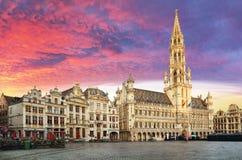 Brussel, Grand Place in mooie de zomerzonsopgang, België stock afbeeldingen
