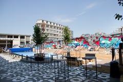 BRUSSEL 18 JULI: Openluchtkoffie in Bozar als deel van Mixity Brussel 2017 Foto op 18 Juli, 2017 in Brussel, België wordt genomen Royalty-vrije Stock Afbeelding