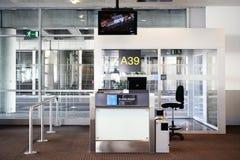 25 Brussel-MEI, 2013 De Luchthaven van Brussel Bureau bij poort in Zaventem Stock Foto