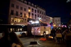 BRUSSEL - NOVEMBER 25, 2017: De relpolitie die orde in Brussel na een vreedzaam protest herstellen tegen de slavernij werd hevig stock afbeelding
