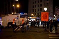 BRUSSEL - NOVEMBER 25, 2017: De relpolitie die orde in Brussel na een vreedzaam protest herstellen tegen de slavernij werd hevig royalty-vrije stock foto's