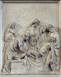 Brussel - Steenhulp de Begrafenis van de scène van Jesus in kerk Notre Dame du Bon Secource Stock Foto's